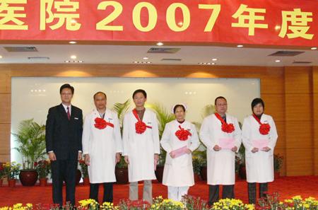 图10 赖院长与人均工作量前五名的科室负责人合影-我院隆重举行2007